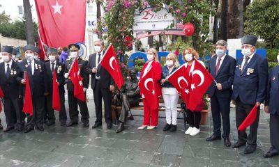 ATATÜRK'ÜN BANKTA OTURAN  HEYKELİ BODRUM BELEDİYE MEYDANINDA